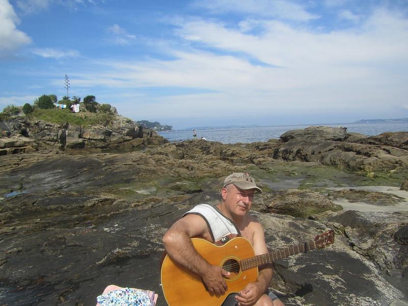 Con la guitarra cerca del mar