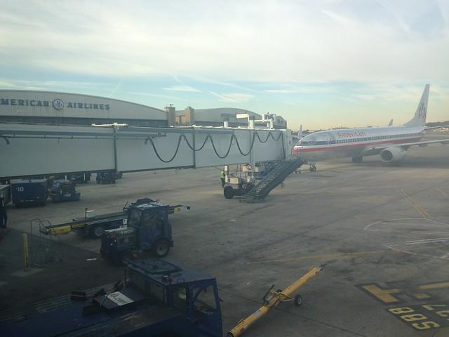 Nuestro 737 siendo remolcado