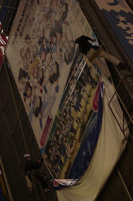 ソフマップ 秋葉原 モバイル館 壁面広告 THE IDOLM@STER MOVIE 輝きの向こう側へ! Blu-ray & DVD に貼り替え中