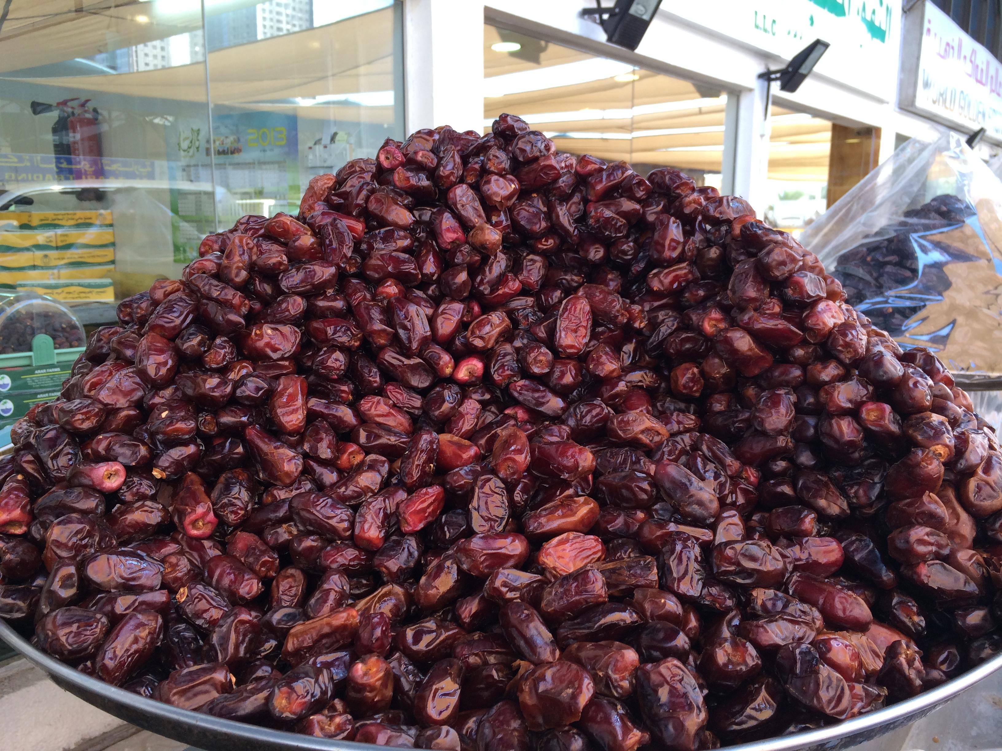 Des montagnes de dattes au marché