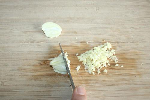15 - Knoblauch hacken / Grind garlic