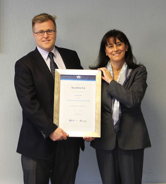 Sky AIrline, Gabriela Peralta CM de IATA Chile entrega IOSA a Holger Paulmann (Sky Airline)