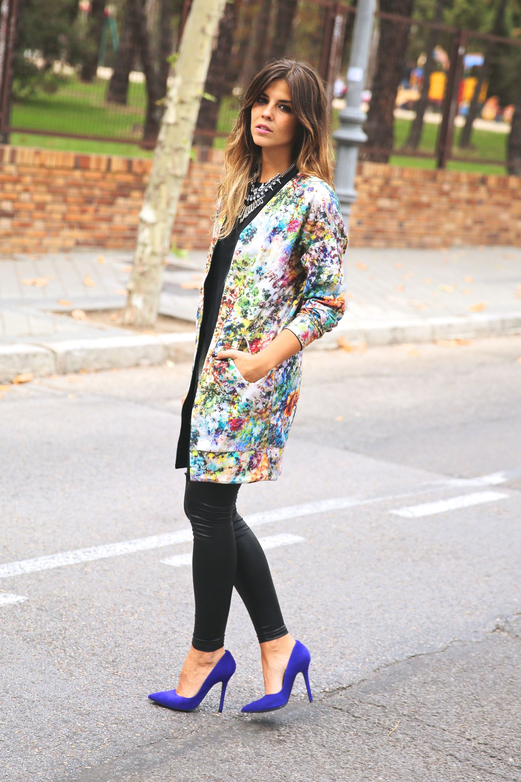 trendy_taste-look-outfit-street_style-ootd-blog-blogger-fashion_spain-moda_españa-leggings-bomber-cazadora-estampado_flores-flower_print-mas34-stiletto-estiletos-basic_tee-camiseta_basica-sport_chic-7