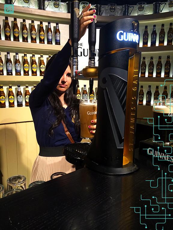 Tirando a pint de Guinness