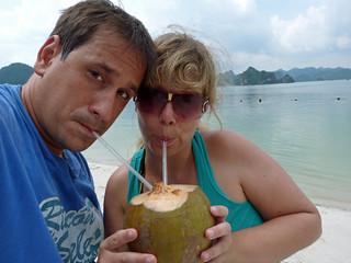 Rebeca y Sele bebiendo agua de un coco en la Bahía de Halong (Vietnam)