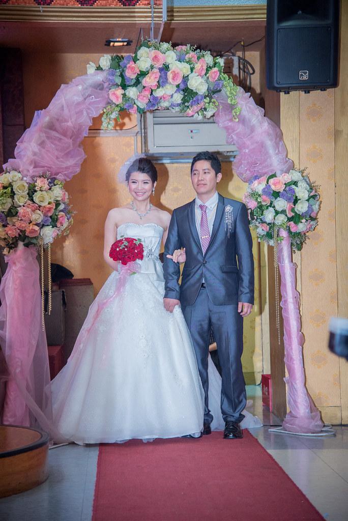 新娘準備進場看到遠來的朋友,沒辦法特別打招待