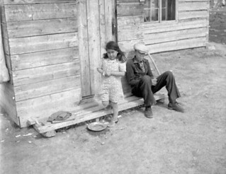 Girl and boy in front of a home, Fort Providence, Northwest Territories / Une fille et un garçon devant une maison, Fort Providence (Territoires du Nord-Ouest)