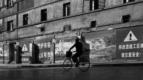 Yunnan - Cycliste en contre-jour à Künming.