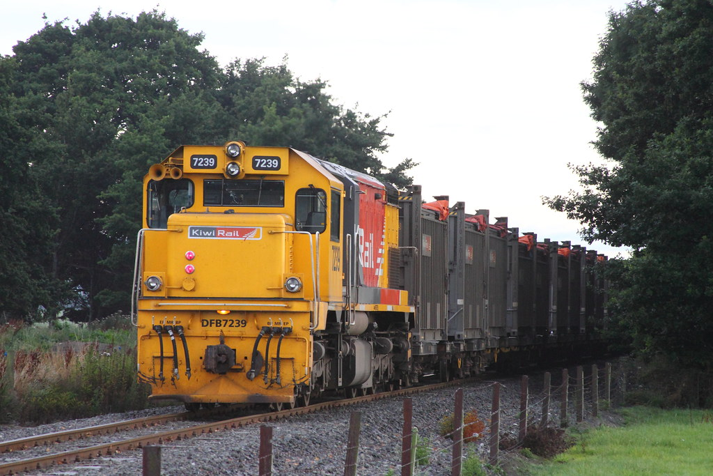 Y84 outbound to Nightcaps passing Woodlaw Road and the DFB is in this shot on the rear of the train - note the 2 small red lights vertically positioned are lit under the KiwiRail Strip