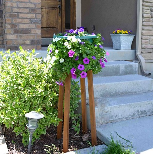 diy-flower-pot-stand-with-wave-petunias-design