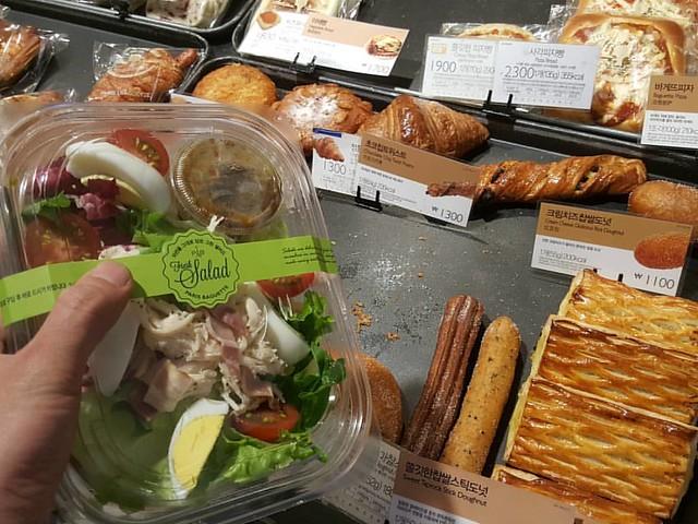 빵사러 온거 아냐 그 쪽 쳐다보지마 #빵 #파리바게트 #샐러드 #Salad  #Bread #ParisBaguette #fitness #운동  #먹스타그램