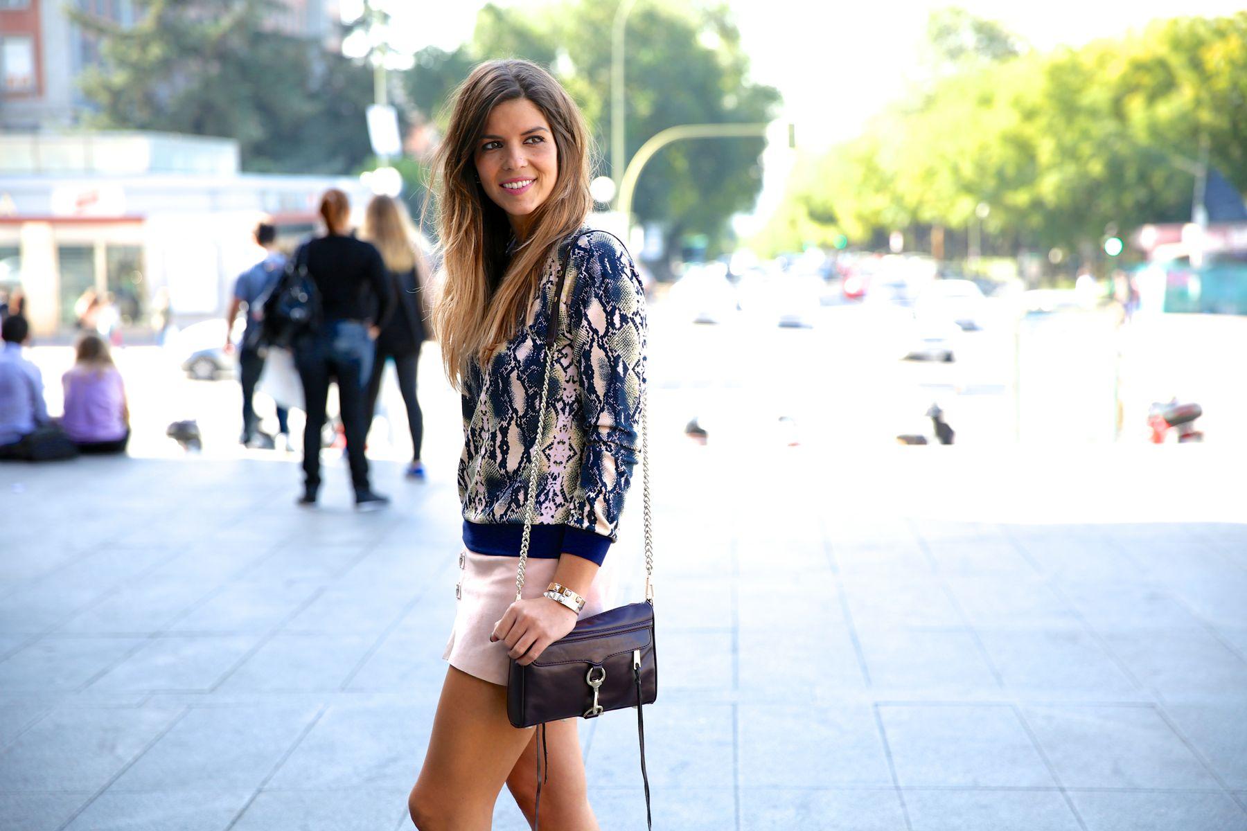 trendy_taste-look-outfit-street_style-ootd-blog-blogger-fashion_spain-moda_españa-girissima.com-sweatshirt-sudadera-estampado-crocodile-cocodrilo-botines-booties-pink_skirt-falda_rosa-4