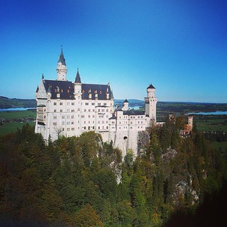 ... das kennt man sonst nur von Fotos oder Puzzeln. Und bei stahlblauem Himmel sind wir heute auch mal hier... #schlossneuschwanstein #Bayern #Urlaub #Sehenswürdigkeiten #weltberühmt
