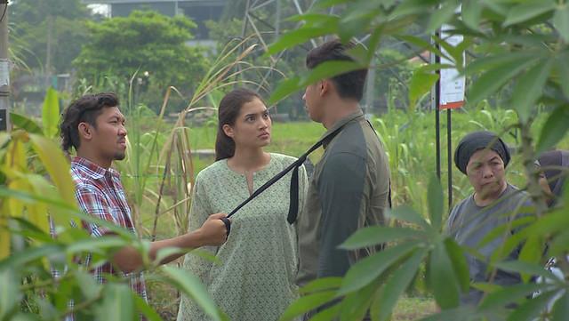 Tania (Atikah Suhaime) mengetuai penduduk kawasan setinggan untuk bersemuka dengan wakil syarikat pemaju