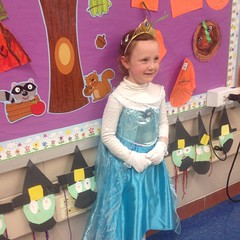 She was the only Elsa in her class!  There were two in the other class along with an Anna. #frozen #halloween