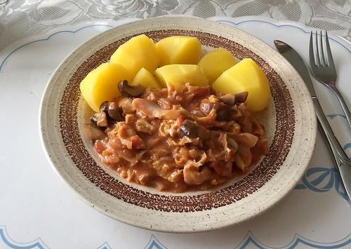 Zesty poultry savoy fry with potatoes / Pikante Geflügel-Wirsing-Pfanne mit Kartoffeln