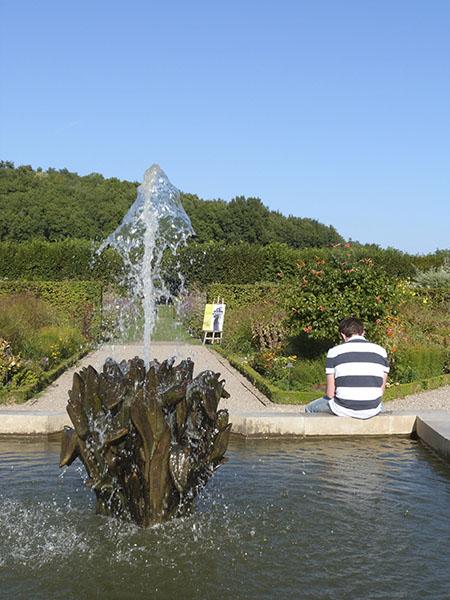 derrière la fontaine