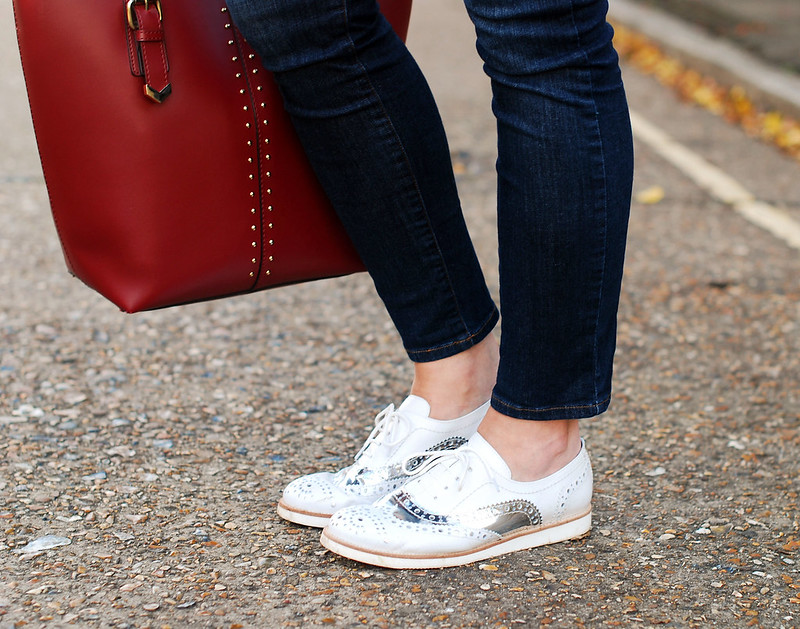 Skinny jeans, white and silver brogues
