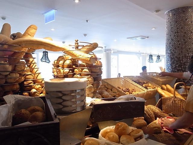 <p>パンの種類もとても豊富<br /> 飽きないですね。</p>