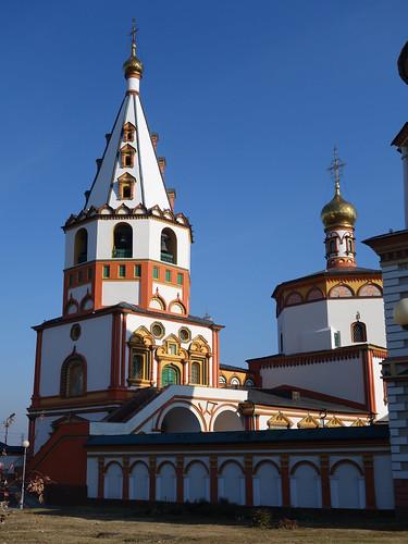 Une église colorée au détour d'une rue