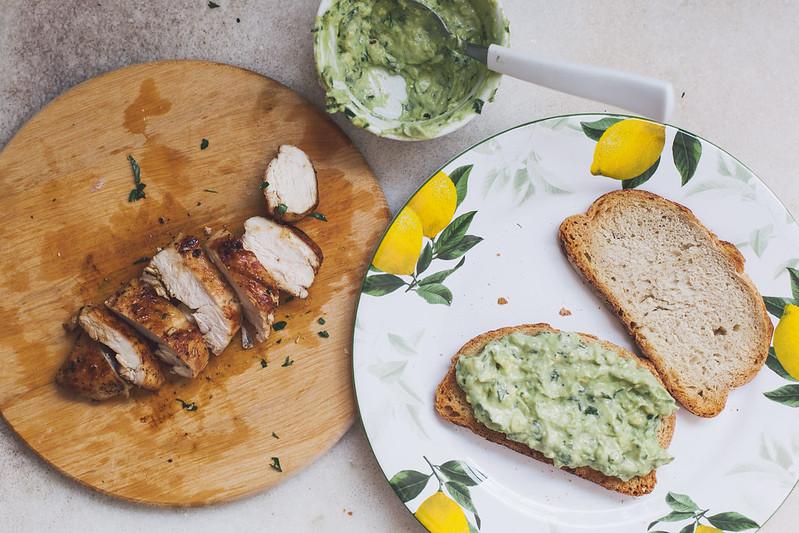Sanduíche de Frango com Maionese de Abacate