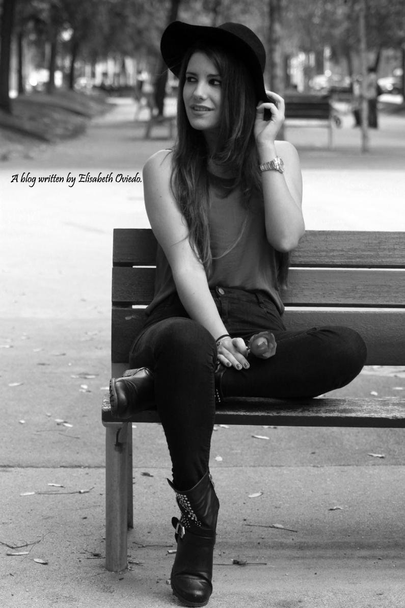 sombrero-negro-stradivarius---camiseta-burgundy-y-botas-XTI-HEELSANDROSES-(7)