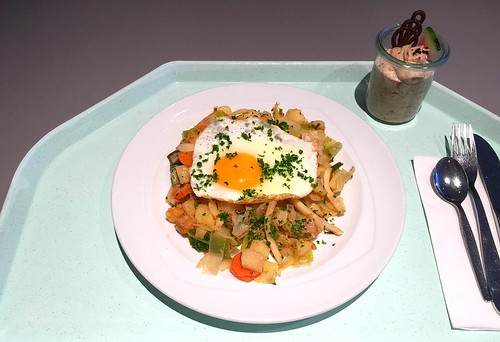 Potato vegetable fry with fried egg / Kartoffel-Gemüsepfanne mit Spiegelei