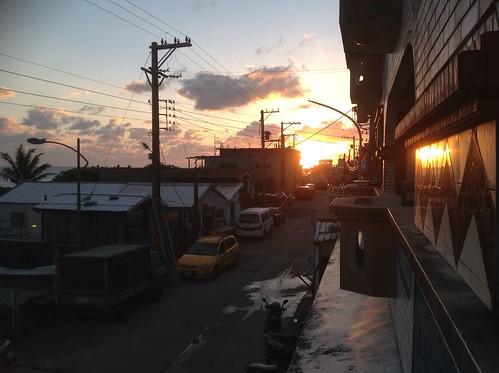 夕陽映照著蘭嶼街道,也映照著達悟族人世世代代的居所。攝影/陳品君