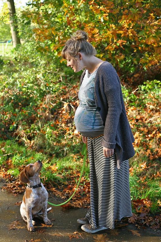 die zwangere en haar hond