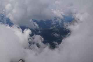 013 Dorpje door wolken