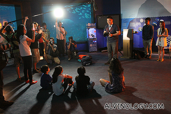 Zhiqiang, another blogger, sharing tips on the manta ray with the kids