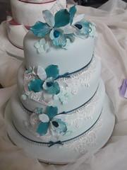 wedding ceremony supply(0.0), buttercream(0.0), icing(0.0), cake(1.0), flower(1.0), fondant(1.0), sugar paste(1.0), food(1.0), cake decorating(1.0), wedding cake(1.0), petal(1.0),
