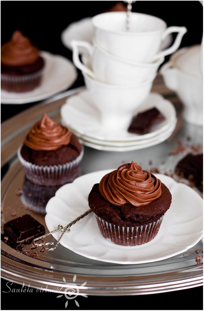 Juodojo šokolado keksiukai su šokoladiniu įdaru ir šokoladinėmis kepurėlėmis (5)