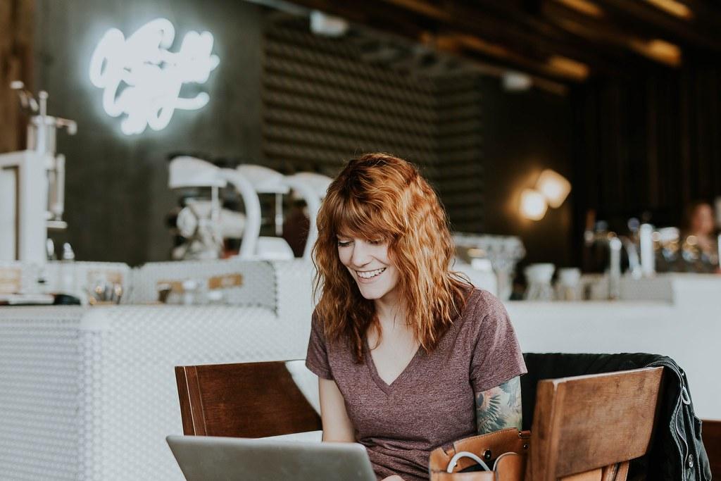 freelancer cafe laptop - Credit to https://homethods.com/