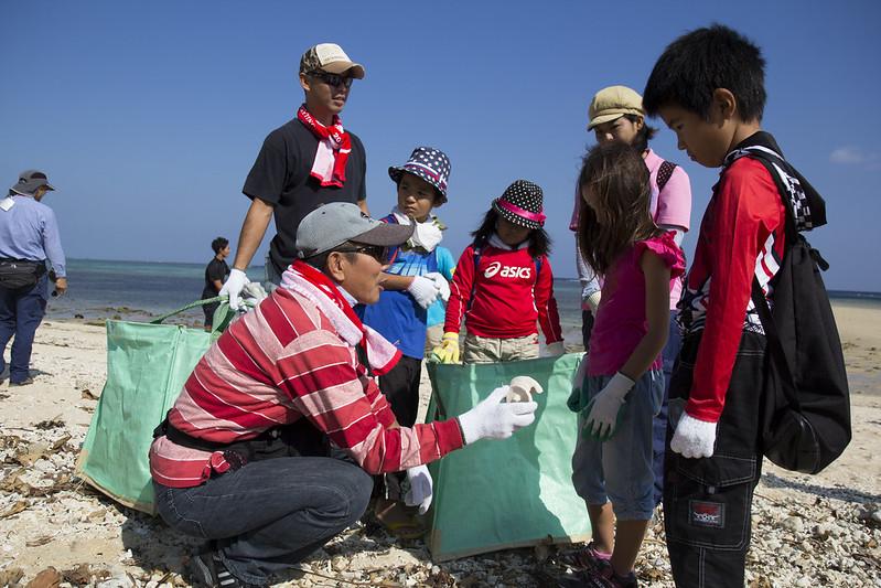 在一開始淨灘時,特別教導小朋友們辨識自然物及人工物,讓小朋友學習辨認。