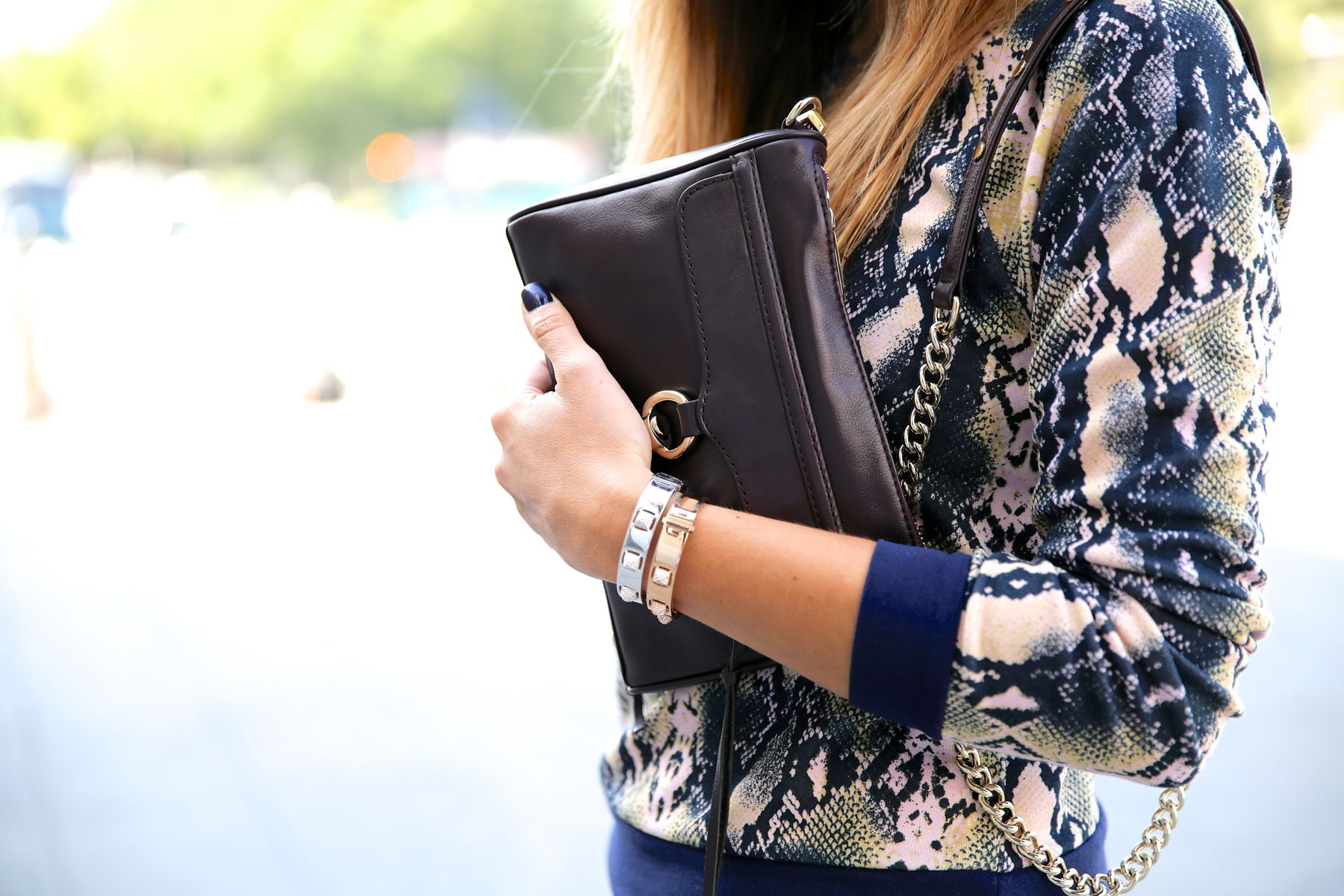 trendy_taste-look-outfit-street_style-ootd-blog-blogger-fashion_spain-moda_españa-girissima.com-sweatshirt-sudadera-estampado-crocodile-cocodrilo-botines-booties-pink_skirt-falda_rosa-2