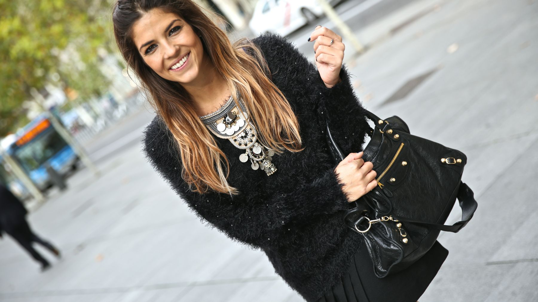 trendy_taste-look-outfit-street_style-ootd-blog-blogger-fashion_spain-moda_españa-balenciaga-city_bag-steve_madden-jersey_pelo-furry_sweater-collar-necklace-skirt-falda_negra-6