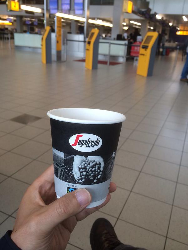 スキポール空港の売店でホットコーヒーを買う