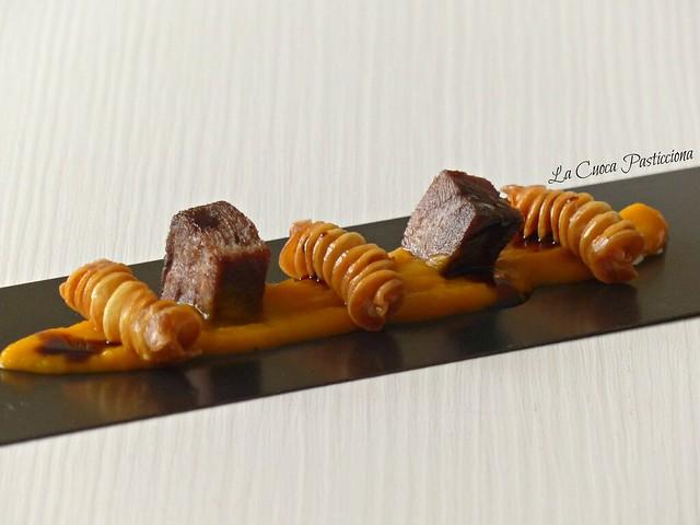Fusilloni Pop con cubotti di lingua caramellata su crema di zucca e riduzione di porto