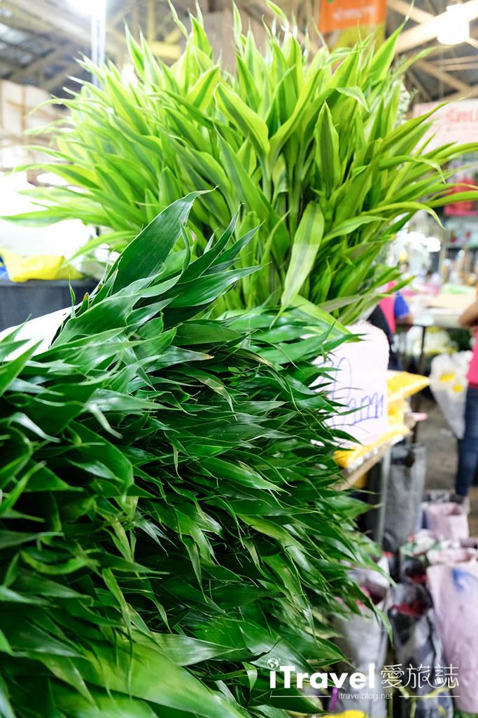 《曼谷夜市集景》帕空花市 Pak Khlong Talad:寻访曼谷在地特色市集,同场巡礼育披曼河滨购物中心 Yodpiman River Walk。