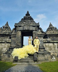 💝 foto prewedding outdoor Tina & Doan di Candi Plaosan Temple Klaten Jawa Tengah.  Foto prewedding by @poetrafoto, http://prewedding.poetrafoto.com Makeup & wardrobe by @naia_salon  Follow IG: @poetrafoto untuk lihat foto pre+wedding terbaru ka