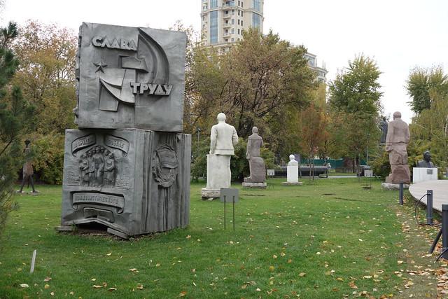 185 - Cementerio de las estatuas caidas