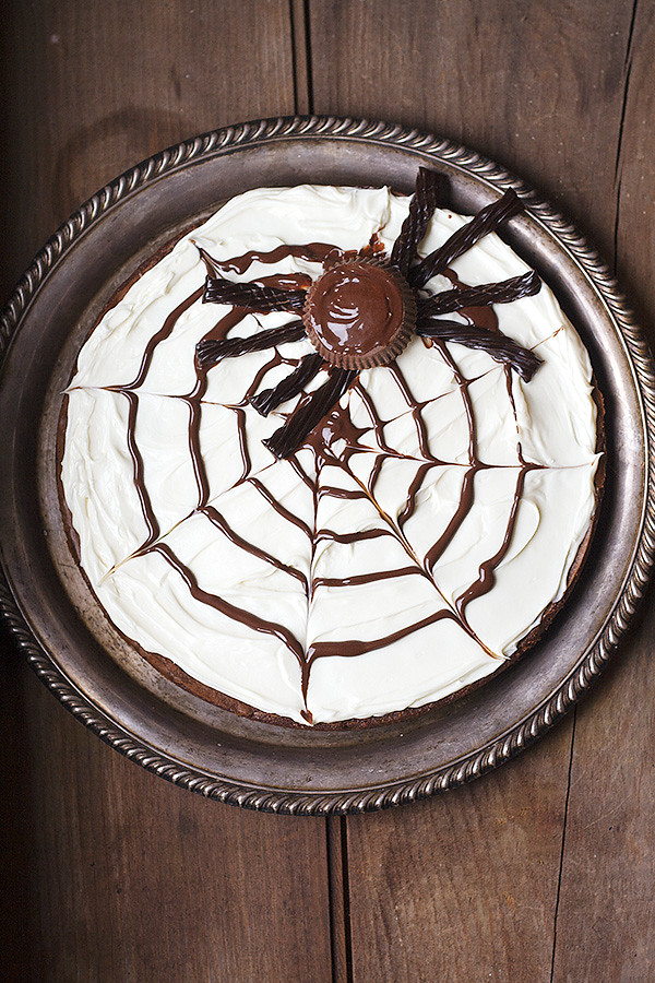 spider web brownie pizza for Halloween