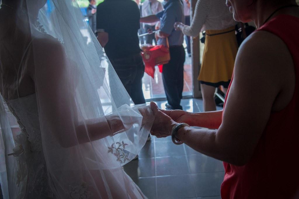 媽媽捨不得放手一直牽的新娘的手