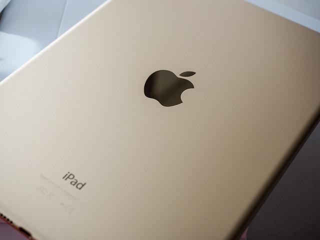 Apple iPad Air 2 (Gold 128GB) versus iPad Air 1st generation