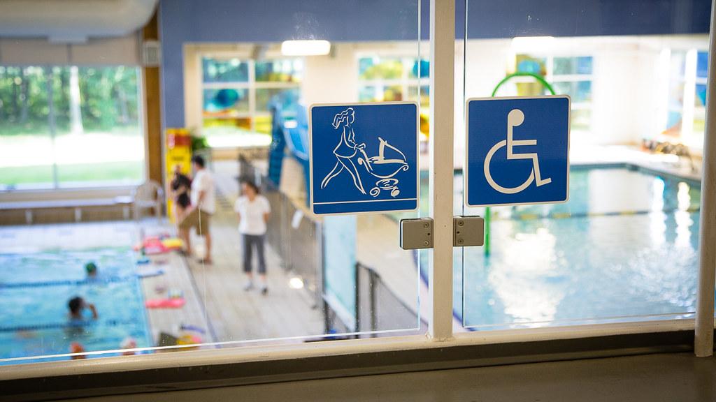 Pancarte confirmant l'accessibilité pour jeunes familles à la piscine Édouard-Dubord de Victoriaville
