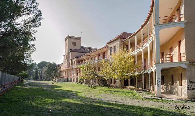 Fachada principal del sanatorio abandonado de Sierra Espuña