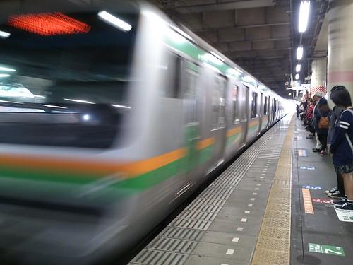 この電車、座れない。