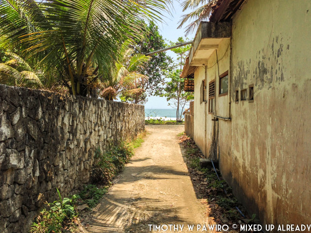 Indonesia - Pangandaran - Batukaras - Rumah Raia - The small pathway to the house