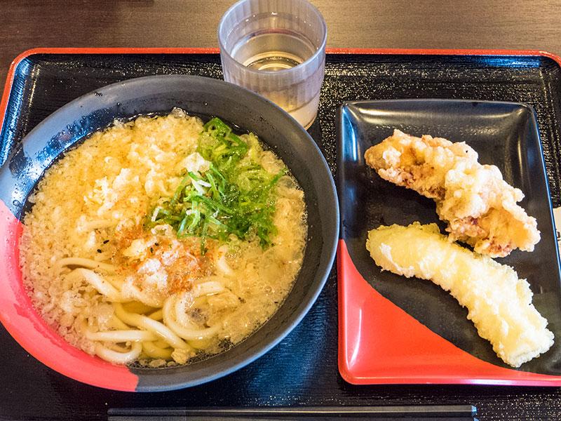浪速かすうどんとイカと鶏の天ぷら